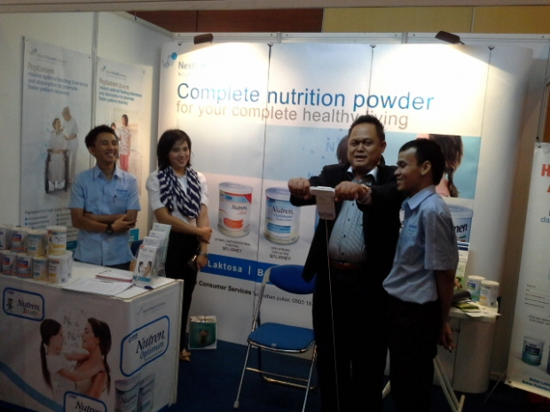 Ketua PKFI Jatim, dr. Agung Mulyono mencoba alat di Stand Pameran PIT PKFI
