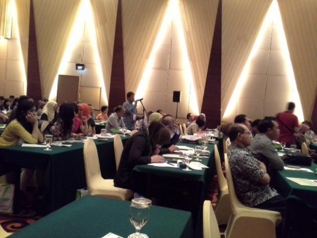 dr.Deny Ketua PKFI Kalsel mengajukan pertanyaan pada sesi diskusi